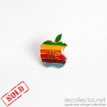vintage apple IIe lapel pin le collector